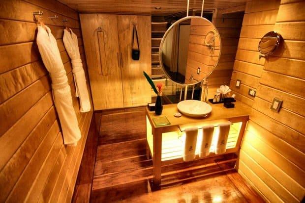 A on-suite bathroom aboard the Deflin I.