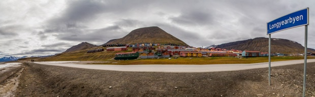 A stretch of road in Longyearbyen on an overcast day