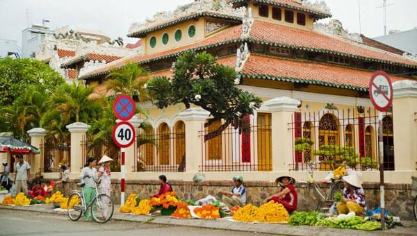 A market is set up on a street sidewalk in Vietnam.